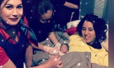 E kapin DHIMBJET, gruaja lind fëmijën në avionin e...