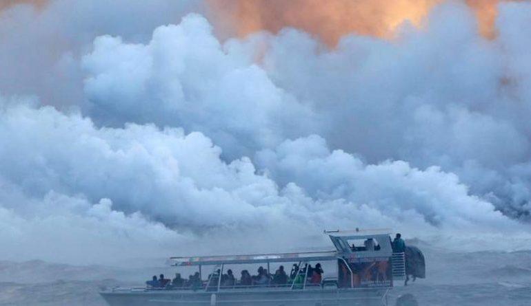 SHPËRTHIMI I FUQISHËM I VULLKANIT/ Llava merr përpara varkën me turistë (FOTO)