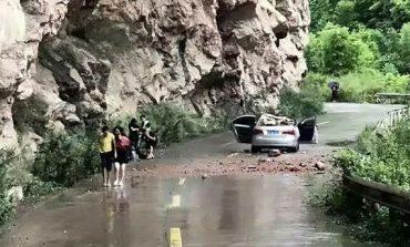 Guri gjigant shkëputet nga shkëmbi, shpëtojnë mrekullisht 4 persona (VIDEO)