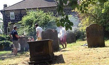 E PADËGJUAR/ Familja në varreza tmerron banorët. Bën një festë mbi...