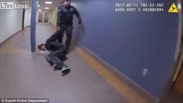 Polici tërheq të arrestuarin nëpër dysheme dhe i përplas kokën në derë