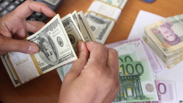 NDRYSHON KURSI I KËMBIMIT/ Dollari në rritje të fortë. Nën kontroll rënien e euros