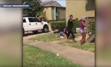 Nëna arbitron me pistoletë sherrin e vajzave, ja pamjet shokuese (VIDEO)