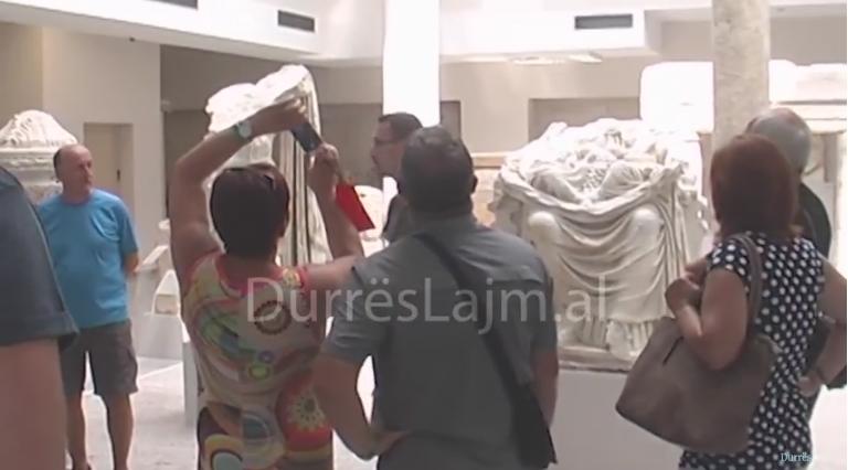 Turistët e huaj të mahnitur nga Muzeu Arkeologjik i Durrësit (VIDEO)