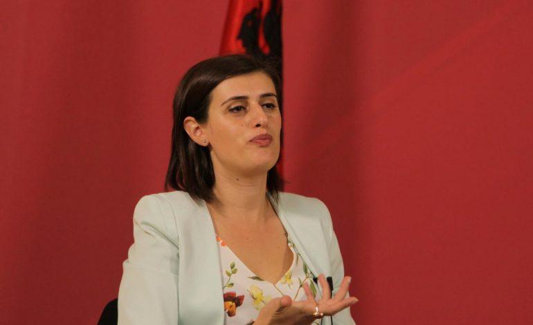 """PROTESTA E """"DHUNSHME"""" NË KOSOVË/ Lirohet deputetja e Vetëvendosjes"""