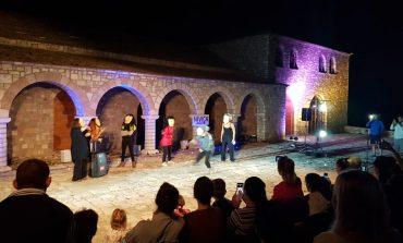 NIVICA SI KURRË MË PARË/ Vijojnë aktivitetet nga ARTISTËT e huaj. Shfaqja... (FOTOT)