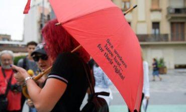 LUFTË ME PROSTITUTAT/ Sindikata SPANJOLLE i kërkojnë qeverisë: Punëtoret e SEKSIT të drejta si çdo...