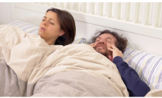 Pse zgjohemi me dhimbje koke?