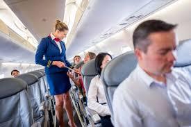 Një INTERVISTË me stjuardesën: Çfarë fshehim pas perdes së kuqërremtë të pilotimit?
