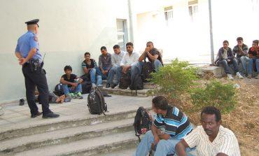 TENTUAN TË KALONIN ILEGALISHT/ Ndalohet 50 emigrantë gra dhe fëmijë në Bilisht