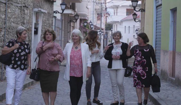 NË KËRKIM TË RRËNJËVE/ Njihuni me TRE motrat nga Australia që mbërritën në Shqipëri