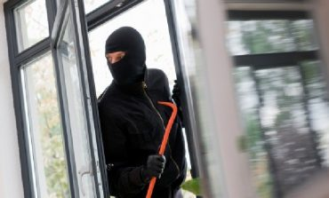 GRABITJE NË TIRANË/ Personi i maskuar hyn në institucionin financiar, ja SHUMA që mori...