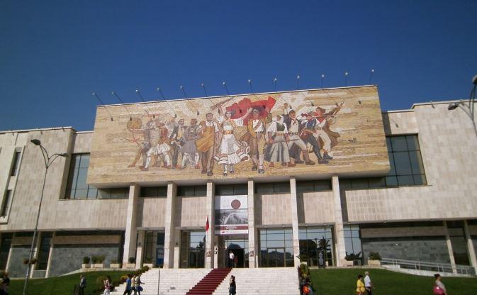 PAS TEATRIT/ Muzeu Historik Kombëtar i nënshtrohet ndërhyrjes (VIDEO)