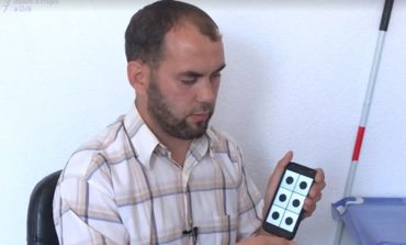 I VERBËRI QË KRIJON APLIKACIONE PËR CELULAR/  Historia e dhimbshme e 34-vjeçarit në Kosovë (VIDEO)
