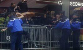 """""""PAQEBËRËS TË RREMË""""/ Policia franceze arreston dy protestuese gjysmë lakuriq"""