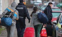 E TRISHTË/ Shqipëria e treta për numrin e lartë të emigrantëve në raport me popullsinë, 40% kanë ikur