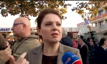 """""""JE SHUMË E VONUME""""/ Qytetari përplaset me deputeten e PD-së për protestën në Astir"""