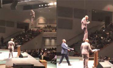 """VIDEOJA QË PO BËN XHIRON E RRJETIT/ Prifti hyn në kishë duke... """"fluturuar"""""""