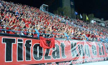 """THUMBOJNË SËRISH """"TIFOZA KUQ E ZI""""/ Ultrasit ironizojnë federatën me banerin… hallexhinjtë (FOTO)"""