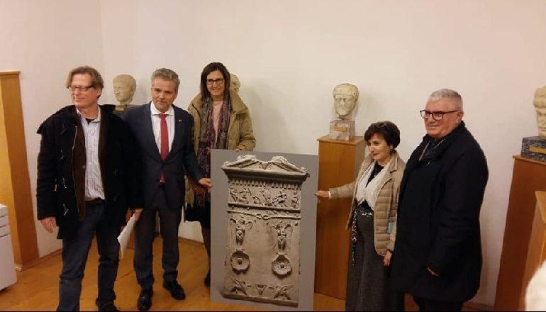 PARKU ARKEOLOGJIK/ Kthehet në Apoloni stela funerale e zhdukur gjatë Luftës I Botërore
