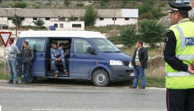 TENTUAN TË KALOJNË KUFIRIN/ Kapen 18 EMIGRANTË të paligjshëm në Kapshticë