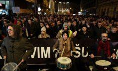 """""""STOP KËMISHAVE TË GJAKOSURA""""/ Mijëra serbë protestë në Beograd kundër Aleksandar Vuçiç"""