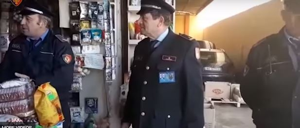 NDALIMI I KAPSOLLAVE/ Policia kontrolle në TREGJET dhe DYQANET e tre qyteteve të ndryshme (VIDEO)