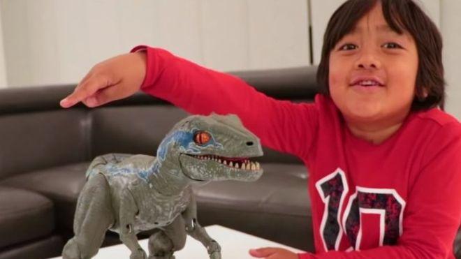 FORBES E RENDIT TË DYTIN/ Njihuni me 7-vjeçarin që fitoi 22 mln dollarë nga Youtube, ja çfarë bën