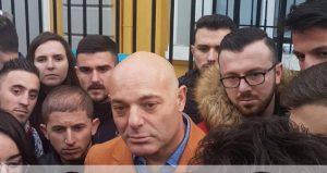 PROTESTA E STUDENTËVE/ I bashkohet edhe Blendi Fevziu. Shkon para Ministrisë së Arsimit