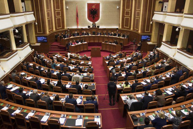 MARRËDHËNIA E KUSHTËZUAR ME KUVENDIN/ Opozita rrezikon mandatet