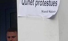 """Nard Ndoka """"GODET"""" sërish me thënie: Kush proteston... (FOTO)"""