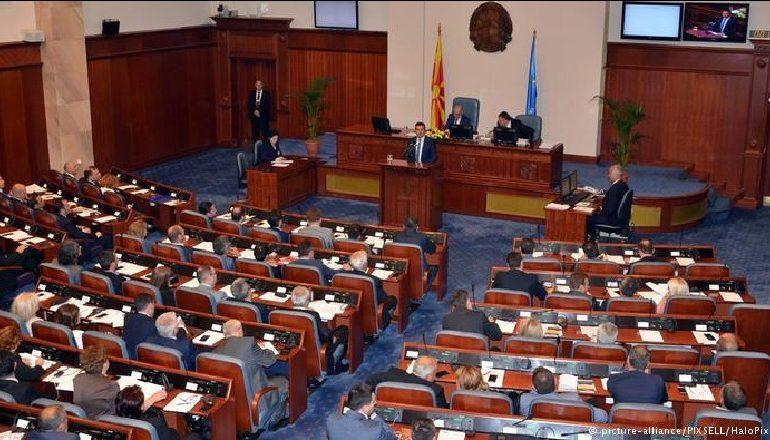"""""""VOTOHET EMRI I RI""""/ Nga sot Maqedonia do të njihet si """"Republika e Maqedonisë së Veriut"""""""