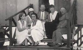 PUBLIKOHET PËR HERË TË PARË KJO FOTO/ Sarah Blloshmi, mbesa e Ismail Qemalit e rrethuar nga dy burra të rëndësishëm të kohës