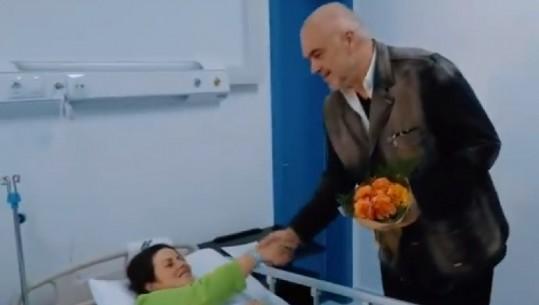 """""""DJALI VJEN ME LEKË ME VETE""""/ Rama batuta gjatë dorëzimit të çeqeve të bebeve në Korçë (VIDEO)"""