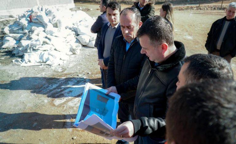 NDËRTESAT E REJA ME NGROHJE/ Taulant Balla inspekton punimet në shkollën e Përrenjasit