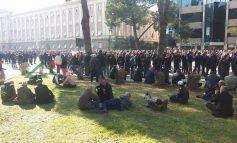 """FOTOLAJM/ Si proteston opozita pas djegies së mandateve. Shtrirë, barkas dhe """"me poza"""""""