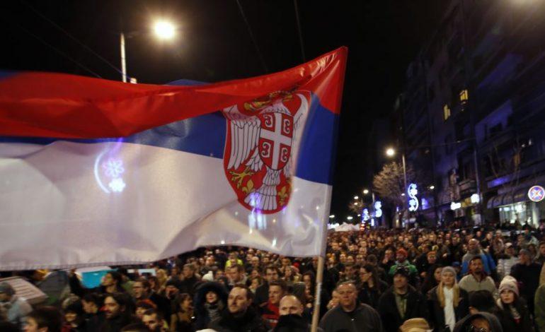 SERBI/ Opozita bojkoton kuvendin. Protestat kanë…