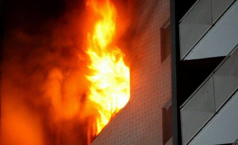 PËRFSHIHET NGA FLAKËT NJË APARTAMENT NË DURRËS/Gruaja rrezikonte jetën, nxirret nga zjarrfikësit