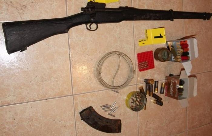 SHMANGET TRAGJEDIA NË KOLONJË/ 43 vjeçarit i gjendet në shtëpi armë, fishekë dhe municione luftarake