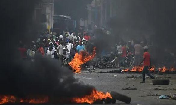 DJEGIN GOMA DHE HEDHIN GURË/ Protestuesit në Haiti kërkojnë dorëheqjen e Presidentit, 4 të vdekur