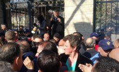 PROTESTA PARA KUVENDIT/ Sali Lushaj në krye të protestuesve  (FOTOT)