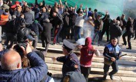 PROTESTA E OPOZITËS/ Gazetari merr masat dhe vendos maskën... (FOTOLAJM)