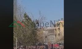 OPOZITA PARA KUVENDIT/ Protestuesi mbi PEMË, rrezikon të bjerë (VIDEO)
