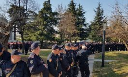 PROTESTA PARA KUVENDIT/ FNSH, RENEA e Garda të pajisur me kundragaz (FOTOT)