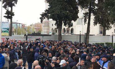 PROTESTA E OPOZITËS/ Kërcet dhuna para parlamentit, militantë përplasen me policinë (FOTO)
