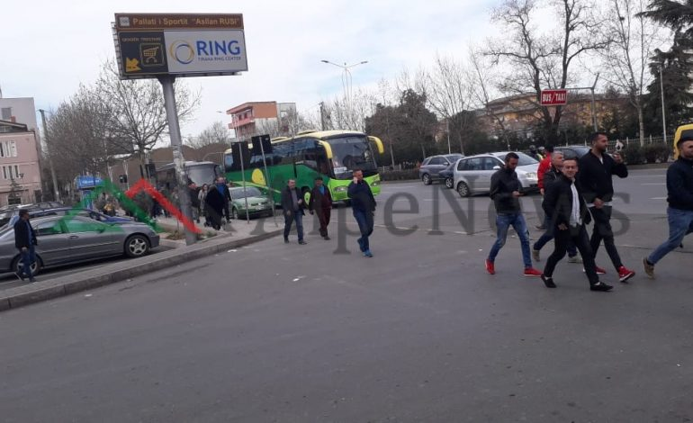 PROTESTA E OPOZITËS/ Deri më tani ne Tirane kane mbërritur 24 fugona dhe autobuze me 1400 persona (FOTO)