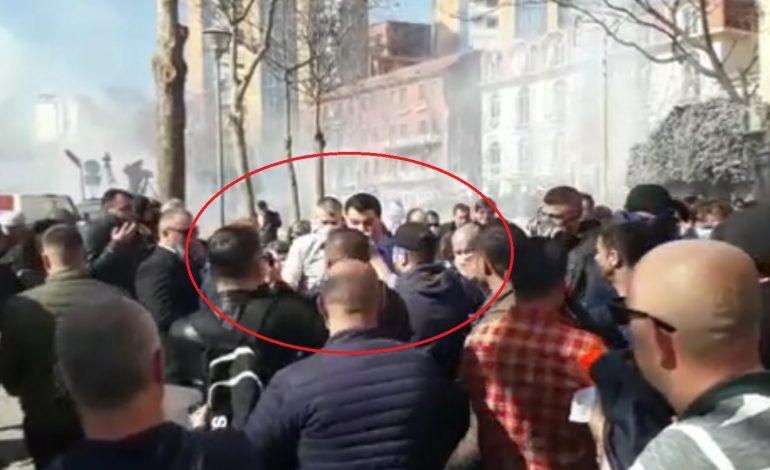VIDEOLAJM/ Basha me shami në dorë, ja si reagoi kur policia hodhi gazin lotsjellës