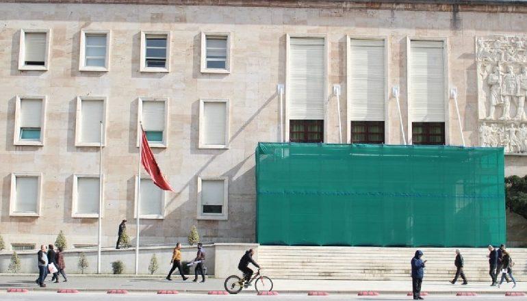2 DITË PARA PROTESTËS/ Përforcohet siguria te hyrja e Kryeministrisë  (FOTOT)