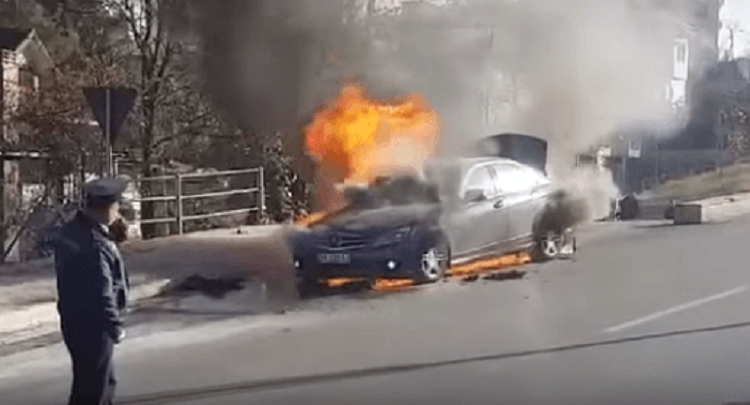 DALIN PAMJET/ Shpërthen në flakë një makinë në Elbasan