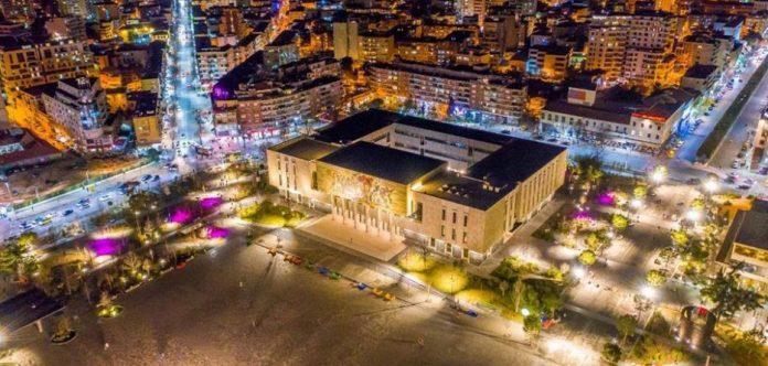 """""""NJË QYTET I ZJARRTË""""/ """"The Indipendent"""": Tirana, transformim befasues"""